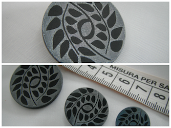 Bottone in madreperla lavorata nera argento 20mm.