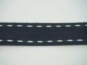 Nastro blu con impuntura in contrasto panna 18mm. Composizione 98% cotone 2% poliestere
