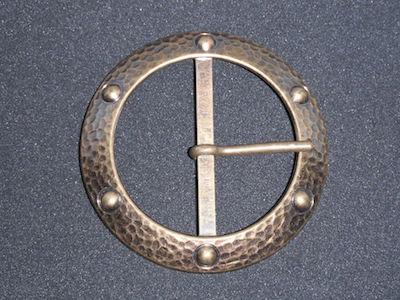 Fibbia metallica color bronzo.