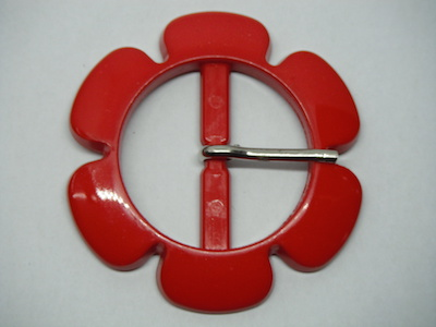 Fibbia in plastica a forma di fiore rosso.