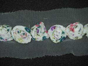 Rifinitura in tulle con rose fantasia in rilievo base bianca 5cm