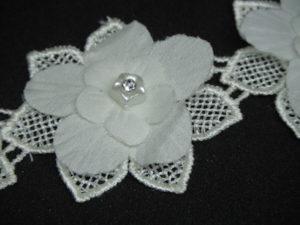 Guarnizione con fiore in rilievo e strass avorio 5cm
