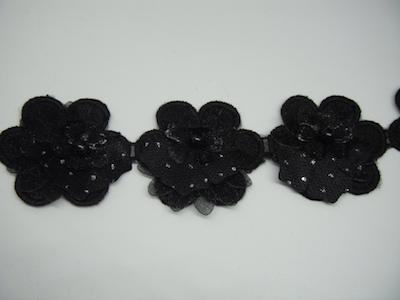 Guarnizione con fiore in rilievo e perle nero 4cm