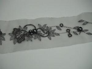 Guarnizione in organza ricamata con perle grigio 5cm