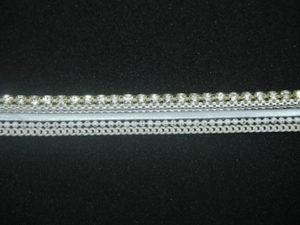 Guarnizione termoadesiva con strass cristallo con profilo oro, argento e bianco. Altezza 1 cm.