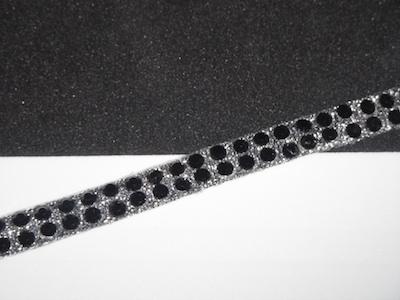 Guarnizione termoadesiva con strass neri. Altezza 0.6 cm.