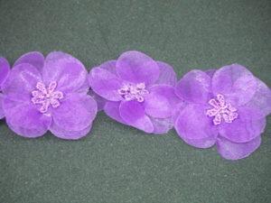 Rifinitura in organza e perline con fiori in rilievo viola 3cm